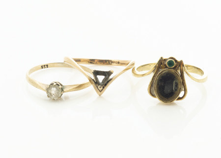 A 14ct gold bug ring, modelled as a fly with green stone head, abdomen setting now vacant, ring size