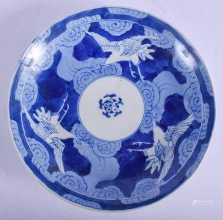 AN 18TH CENTURY JAPANESE EDO PERIOD BLUE AND WHITE ARITA DIS