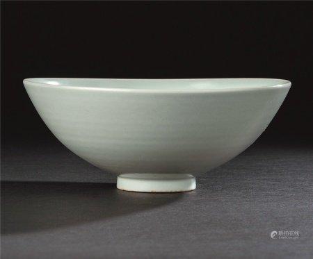 元代作 枢府款 白瓷龙凤呈祥纹碗