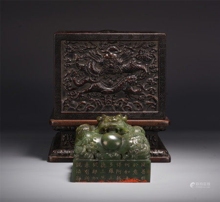 A CHINESE BEAST HANDLE CARVED POEMS SPINACH JADE SEAL