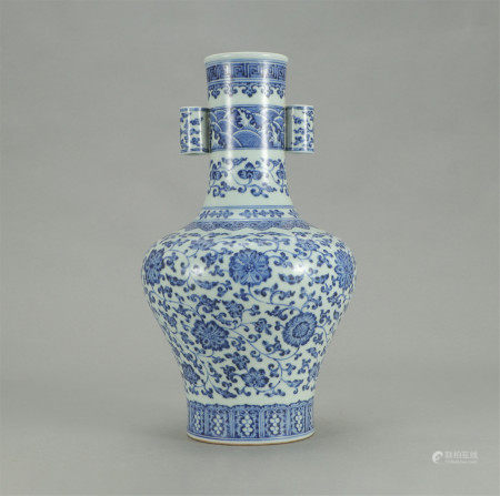 A CHINESE PORCELAIN BLUE AND WHITE ENTWINE BRANCHES LOTUS PATTERN ARROW VASE