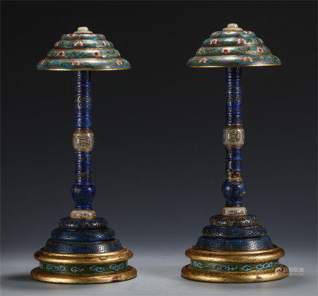 A PAIR OF CHINESE CLOISONNE INLAID LAPIS CARVED HAT STAND
