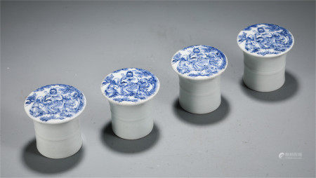 A SET OF CHINESE BLUE AND WHITE PORCELAIN FIGURE TABLE ITEM