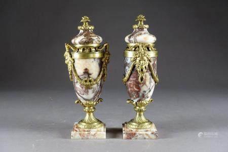 Paire de Cassolettes de style Louis XVI, de Forme fuselée.
