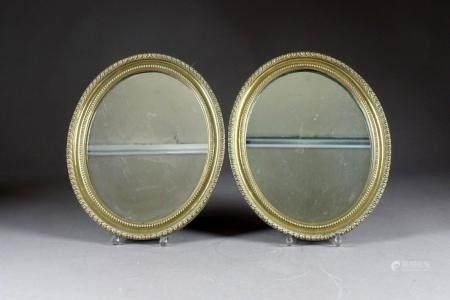 Paire de petits Miroirs en Médaillon.