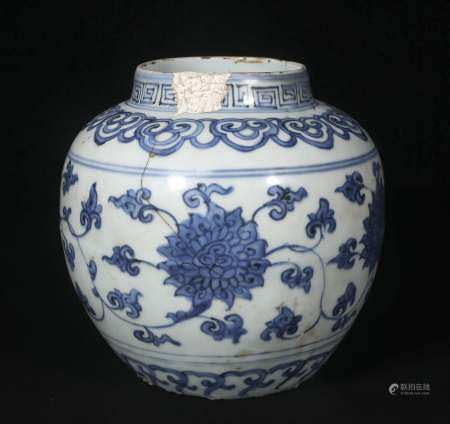 Ming Jiajing blue and white vase with twined lotus