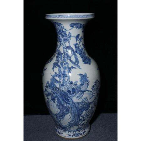 Qing Jiaqing blue and white vase with birds paying homage to