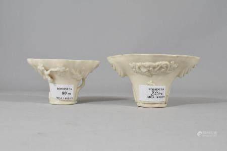 Deux coupes libatoires en porcelaine blanche de Chine à décor de personnages entourés de dragon