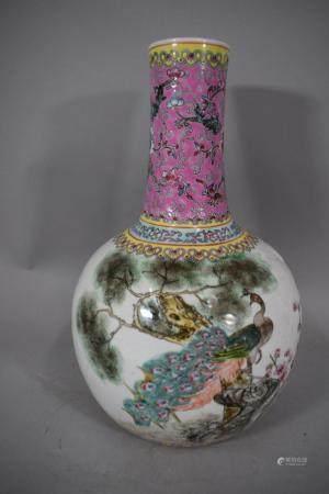 CHINE, XXème siècle Vase en porcelaine à décor émaillé polychrome d'un paon sur un rocher, acco