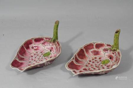 Chine, début XXe siècle. Deux coupes en porcelaine émaillée rose et vert, en forme de fl, la