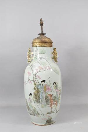 CHINE, XXème siècle Vase balustre en porcelaine, anses ajourées dorées, à décor polychrome de f