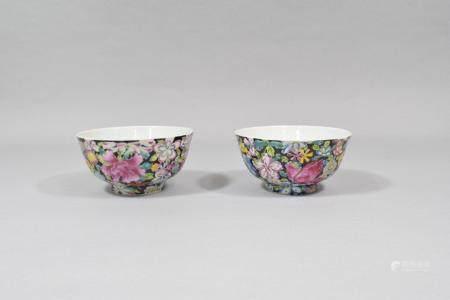 Chine, XXème siècle Paire de bols en porcelaine à décor mille fl, marque apocryphe Qianlong.