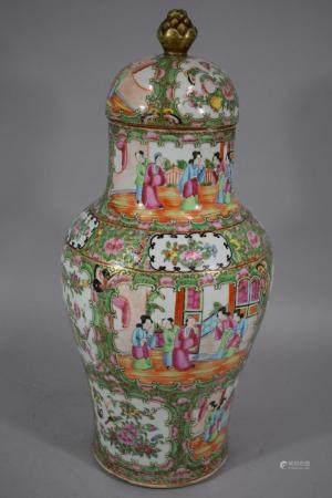 CHINE Canton, Fin XIXème siècle Vase balustre et couvert en porcelaine émaillée polychrome de c