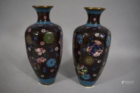 CHINE, Vers 1900 Paire de vases en émaux cloisonnés, la panse hexagonale à décor de rinceaux et