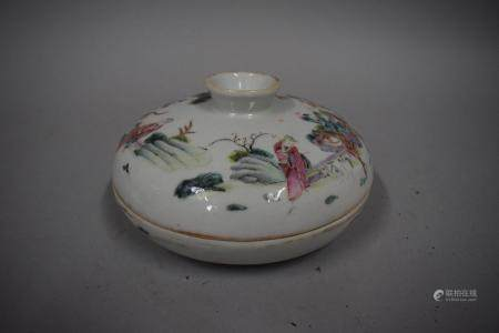 CHINE, XXème siècle Bol couvert à compartiments en porcelaine à décor émaillé polychrome de sag