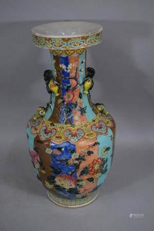 CHINE  Vase balustre en porcelaine émaillée polychrome à décor de buissons de pivoines et de fl