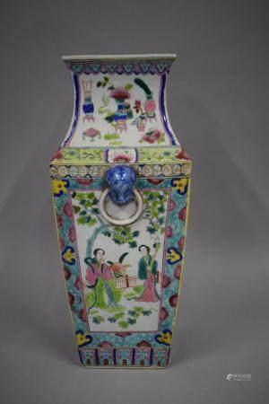 CHINE, XXème siècle Vase quadrangulaire en porcelaine à décor émaillé polychrome de dignitaires