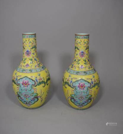 Paire de vases à long col, en porcelaine à décor floral polychrome sur fonds jaune et turquoise
