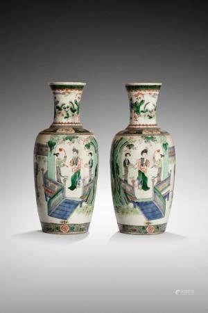 CHINE, XIXème siècle Paire de vases balustre à décor de femmes et d'enfants dans une maison - j