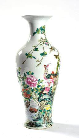 CHINE, XXème siècle Grand vase balustre à col évasé en porcelaine émaillée polychrome d'un paon
