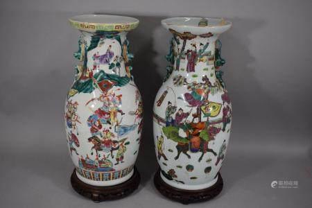 CHINE, XXème siècle Deux vases en porcelaine à décor émaillé polychrome de personnages, guerrie
