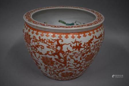 CHINE, XXème siècle Large aquarium en porcelaine décor émaillé polychrome floral à l'extéri,