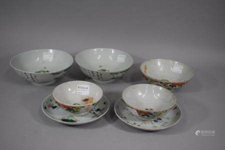 CHINE, XXème siècle Ensemble de deux tasses et coupes et trois bols. Tailles diverses, accident