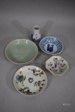 CHINE, XXème siècle Lot de cinq pièces en porcelaine : petit vase au décor d'un oiseau (Ht. : 8