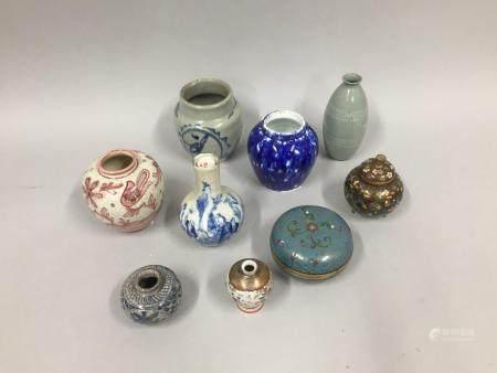 Collection d'objets comprenant sept vases miniatures en porcelaine, une boite ronde ainsi qu'un