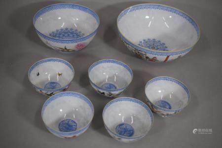 CHINE, XXème siècle Ensemble de sept bol en porcelaine à décor émaillé polychrome à décor de di