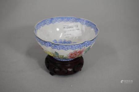 CHINE, XXème siècle Petite coupe polylobée en porcelaine à décor émaillé polychrome de fls.