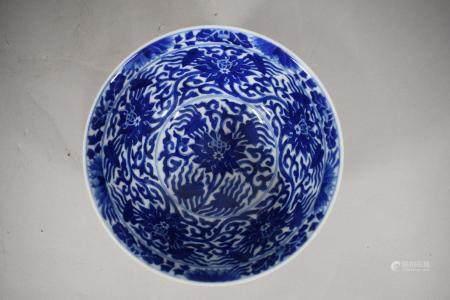 CHINE, XXème siècle Bol à bord évasé en porcelaine à décor en bleu sous couverte de fls de l