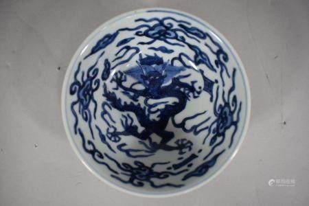 CHINE, XXème siècle coupe évasée sur petit pied en porcelaine à décor en bleu sous couverte d'u