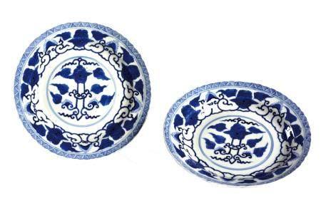 CHINE, XIXème siècle Paire d'assiettes en porcelaine décorée en bleu sous couverte de pivoines