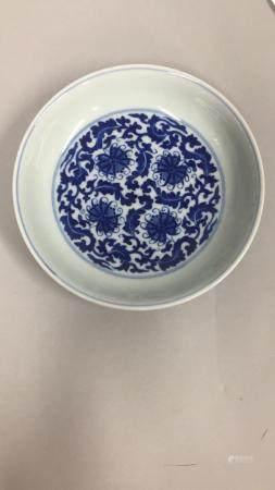 CHINE, XXème siècle Assiette en porcelaine à décor floral bleu sous couverte.  Marque apocryphe
