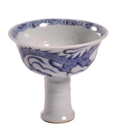 CHINE, XXème siècle Coupe sur pied de style Yuan en porcelaine à décor bleu sur couverte de dra