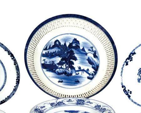 CHINE, Fin XIXème siècle Coupe en porcelaine décorée en bleu sous couverte d'un médaillon centr