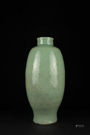 明 龍泉青釉鳳梨目紋瓶
