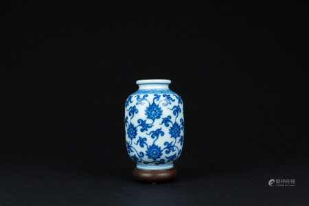 """清 """"大清雍正年製""""款青花寶相花紋燈籠瓶"""
