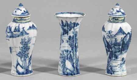 Drei Blauweiß-Vasen mit Flußlandschaft