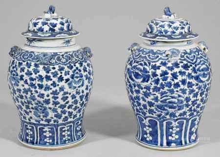 Zwei Blauweiß-Deckelvasen mit Päoniendekor