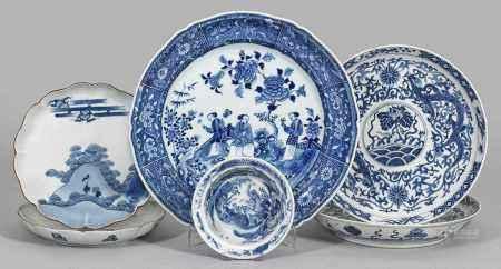 Fünf Blauweiß-Teller und eine Schale