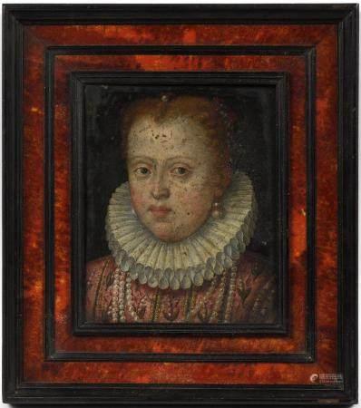 École française début XVIIe.Femme à la fraise et au collier de perles. Huile sur cuivre. 15,5 x