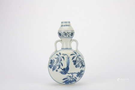 Ming dynasty blue and white bottle with flowers pattern