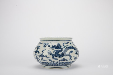 Ming dynasty blue and white jar with dragon pattern