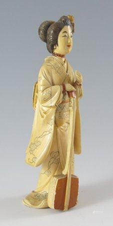 Stehende Geisha mit Shamisen.