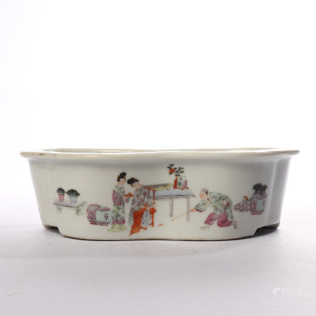 Narcissus basin decorated with pastel figures in Qianlong period of Qing Dynasty