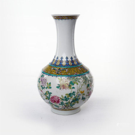 Appreciation bottle with famille rose flower pattern in mid Qing Dynasty