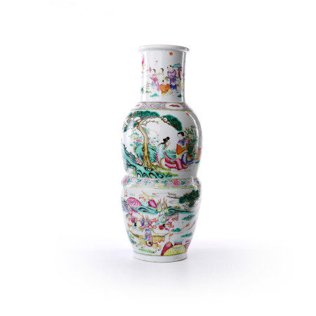 Gourd bottles decorated with famille rose figures and flowers in the middle of Qing Dynasty
