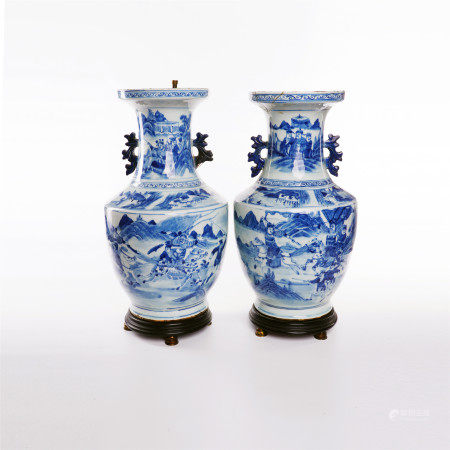 A pair of double ear zuns decorated with blue and white swords and horses in the middle of Qing Dynasty